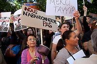 turchi manifestano , a Parigi,a favore delle proteste in Turchia contro Erdogan 3 giugno 2013, donna suona una pentola