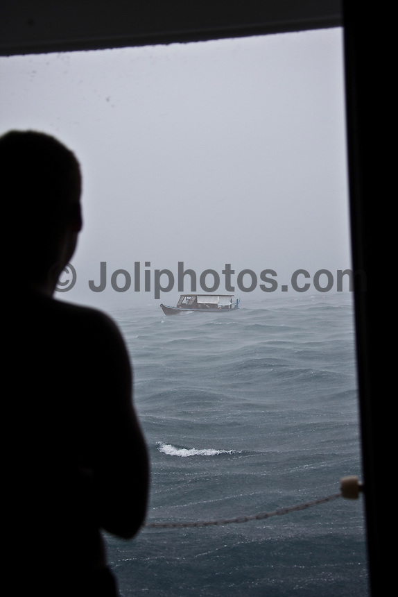 NICOLAU VON RUPPA (PRT) watches a Dhoni battle a rain squail in the North Male Atolls, Maldives (Wednesday, June 17th, 2009). Photo: joliphotos.com