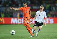FUSSBALL  EUROPAMEISTERSCHAFT 2012   VORRUNDE Niederlande - Deutschland       13.06.2012 Ibrahim Afellay (li, Niederlande) gegen Bastian Schweinsteiger (re, Deutschland)