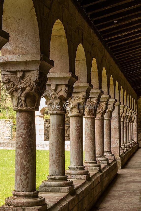 France, Pyrénées-Orientales (66), Codalet, abbaye de Saint-Michel de Cuxa, collonnes et chapiteaux du cloître // France, Pyrenees Orientales, Codalet, Saint Michel de Cuxa abbey, the cloister