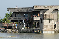 BANGLADESH, Khulna, village Kalabogi at Shibsha river, flood and cyclone shelter for villagers / BANGLADESCH, Division Khulna, Dorf Kalabogi am Fluss Shibsha , Schutzhaus fuer Dorfbewohner bei Flutkatastrophen und Wirbelstuermen