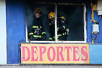 fecha:29-12-2011 En Lugo, un incendio en un local comercial de deportes, en el numero 165 de la avenida de la Coruña. foto:EFE/eliseo trigo