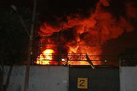 SAO PAULO, SP, 24.08.2014 - INCENDIO EM FABRICA - Incendio destroi fabrica de material plastico na Rua Canoas na Vila Carioca regiao sul de São Paulo na noite deste domingo (24). Foto Carlos Pessuto/Brazil Photo Press