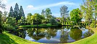 France, Cher (18), Apremont-sur-Allier, labellisé Plus Beaux Villages de France, Parc Floral d'Apremont-sur-Allier, un des étang du parc avec charmilles taillés en pyramides, trois séquoias géants...