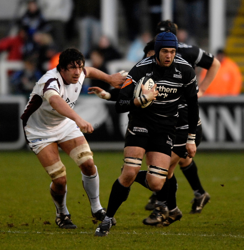 Photo: Jed Wee/Sportsbeat Images..Newcastle Falcons v Leicester Tigers. Guinness Premiership. 07/01/2007...Newcastle's Geoff Parling (R) breaks past Leicester's James Hamilton.