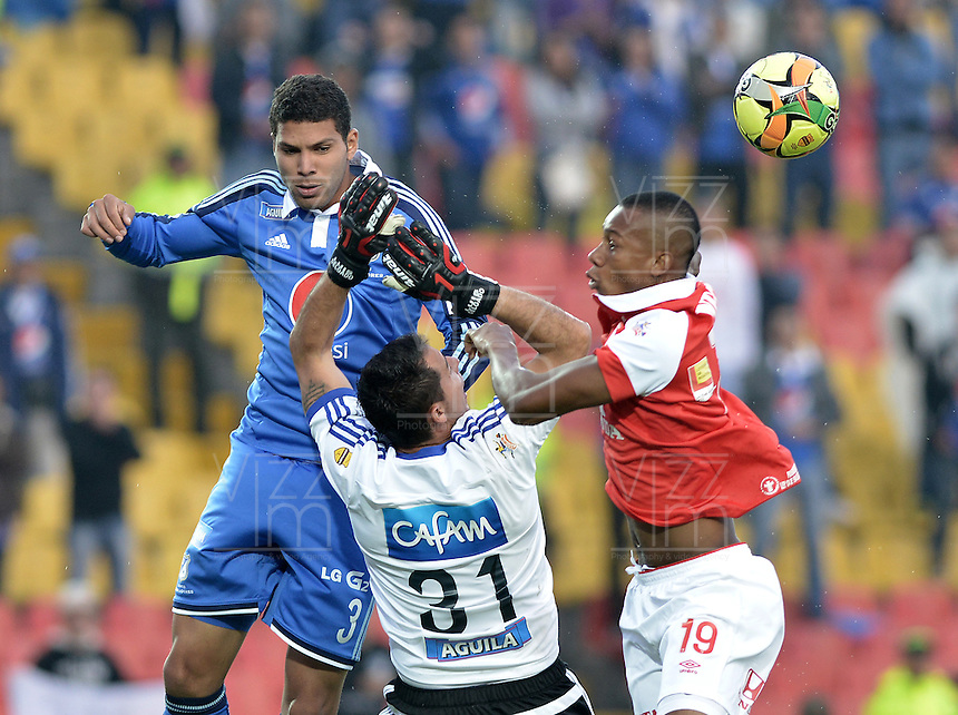 BOGOTÁ -COLOMBIA, 22-02-2014. Jonathan Copete (Der) de Independiente Santa Fe disputa el balón con Luis Delgado (C) arquero y Oswaldo Henriquez (Izq) de Millonarios durante partido por la fecha 7 por la Liga Postobón  I 2014 jugado en el estadio Nemesio Camacho el Campín de la ciudad de Bogotá./ Independiente Santa Fe player Jonathan Copete (R) fights for the ball with Millonarios player Luis Delgado (C) goalkeeper and Oswaldo Henriquez (L) during match for the 7th date for the Postobon  League I 2014 played at Nemesio Camacho El Campin stadium in Bogotá city. Photo: VizzorImage/ Gabriel Aponte / Staff