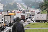 SAO PAULO, SP,01 de julho 2013-Uma manifestação de caminhoneiros interdita o tráfgego nos dois sentidos da rodovia Castello Branco na manhã desta segunda-feira (1º). Os manifestantes bloquearam a estrada no km 30, em Itapevi (SP).-  ADRIANO LIMA / BRAZIL PHOTO PRESS).