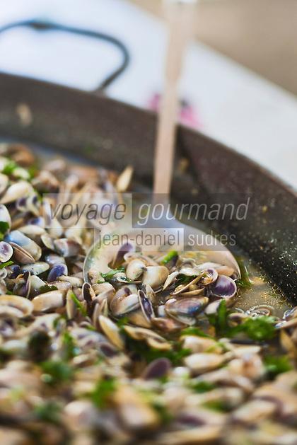 Europe/France/Provence-Alpes-Côte d'Azur/13/Bouches-du-Rhône/Arles: Tellines à la Camarguaise sur un étal du marché