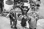 Shatila, UNRWA camp. How many fingers to victory?<br />  <br /> Chatila, camp de l'UNRWA. Dans les rues du camp. Combien de doigts jusqu'&agrave; la victoire?
