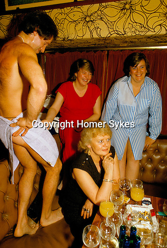HEN PARTY, MALE STRIPPER BRIAN JASON, AKA 'KING DICK', PERFORMING IN THE DUKE OF CAMBRIDGE PUB, SOUTH LONDON. 1980S.