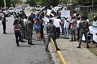 Productores de cebolla del municipio de Vallejuelo, en San Juan, protestan frente al Ministerio de Agricultura en demanda de que el ministro &aacute;ngel Est&eacute;vez pague por la producci&oacute;n que se perdi&oacute;. <br /> Foto: &copy; Edgar Hern&aacute;ndez<br /> Fecha:1/08/2017