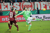 Marcel Stadel (OFC) gegen Bas Dost (Wolfsburg)