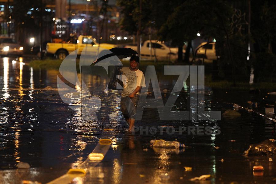 FOTO EMBARGADA PARA VEICULOS INTERNACIONAIS. SAO PAULO, SP, 24-12-2012, CHUVA. A forte chuva que caiu em Sao Pauilo na tarde dessa Segunda Feira (24) deixou varios pontos de alagamento, na foto a  Radial Leste. Luiz Guarnieri/ Brazil Photo Press.