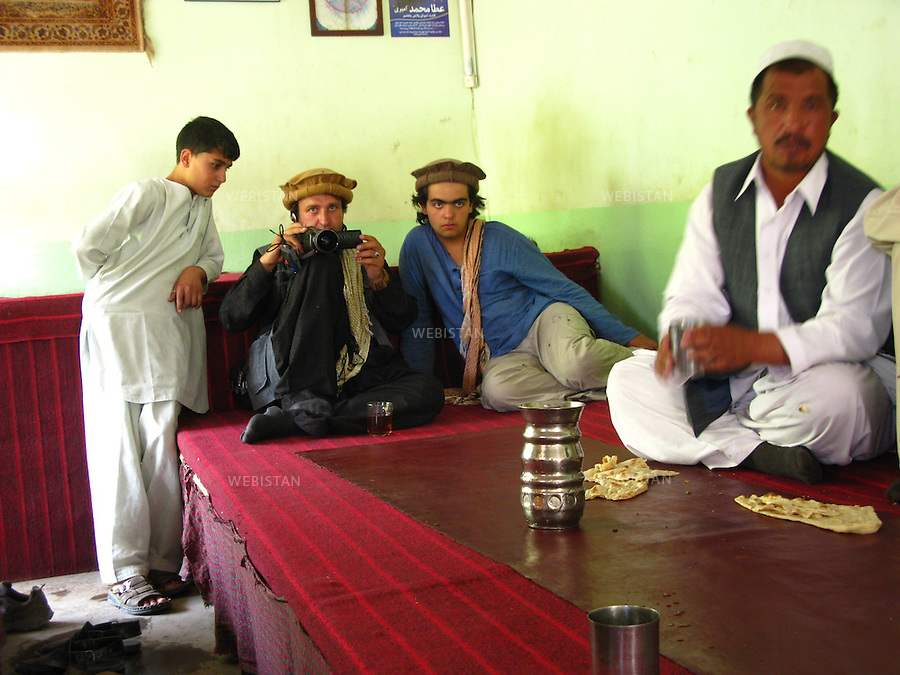 AFGHANISTAN - BAZARAK - 13 aout 2009 : Maison de the (Chai Khana). Delazad Deghati en compagnie de Shafigh, cameraman de l'association Aina. ..AFGHANISTAN - BAZARAK  - August 13th, 2009 : Tea house (Chai Khana). Delazad Deghati with Shafigh, cameraman for Aina World.