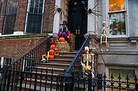 NOVA YORK, EUA, 26.10.2018 - HALLOWEEN-NOVA YORK - Casas sao vistas decorada para dia das Bruxas ( Halloween) na ilha de Manhattan na cidade de Nova York nesta sexta-feira, 26. (Foto: Vanessa Carvalho/Brazil Photo Press)