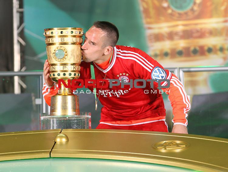 01.06.2013, Olympiastadion, Berlin,<br /> GER, DFB-Pokal, 1.FC Bayern M&uuml;nchen, VfB Stuttgart<br /> im Bild Franck Ribery (FC Bayern Muenchen), k&uuml;sst den Pokal<br /> <br /> <br /> <br /> Foto &copy; nph / Schulz