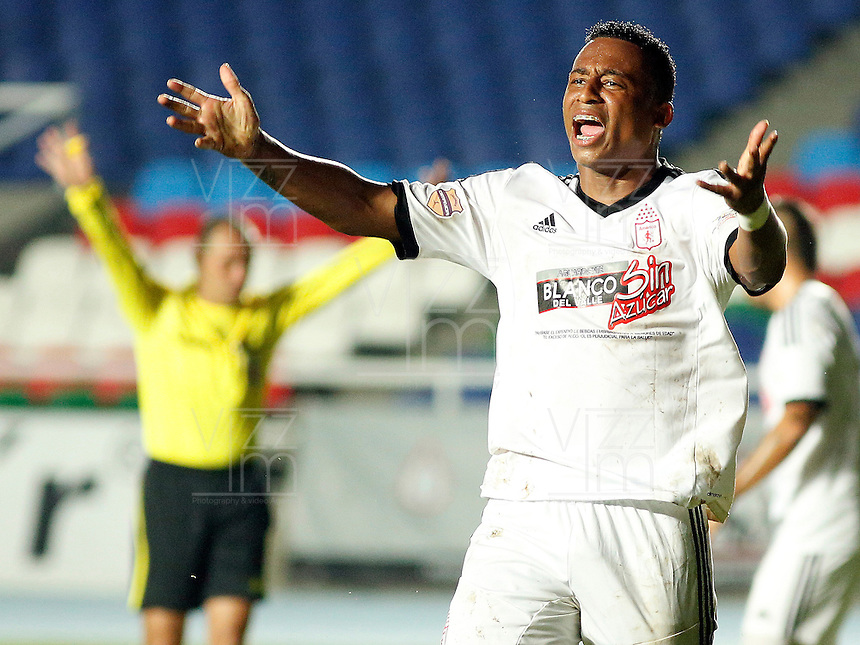 CALI -COLOMBIA-22-OCTUBRE-2014. Carlos Peralta jugador del America de Cali protesta por la anulacion de su gol contra el  Depor FC  correspondiente a la  fecha 17 del Torneo Postobon jugado en el estadio Pascual Guerrero de la ciudad de  Cali . / Carlos Peralta America de Cali player protesting the cancellation of his goal against Depor FC for the date 17 Postobon Tournament played in Pascual Guerrero stadium in Cali.  Photo: VizzorImage / Juan Carlos Quintero / Stringer