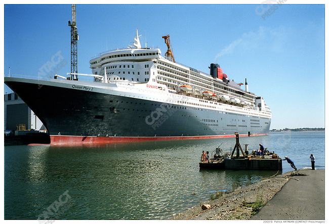 The Queen Mary 2 leaving the port of Saint Nazaire for a series of tests on the waters, France, September 25, 2003