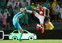 BOGOTÁ -COLOMBIA, 7-NOVIEMBRE-2015. Ricardo Villarraga jugador del  Independiente Santa Fe disputa el balon con Jefferson Duque del  Atletico Nacional por la fecha 19 de la Liga Aguila II 2015 jugado en el estadio Nemesio Camacho El Campín de la ciudad de Bogotá./ Ricardo Villarraga player of Independiente Santa Fe fights the ball against Jefferson Duque player of Atletico Nacional  of the match between Independiente Santa Fe and Atletico Nacional for the date 19 of the Aguila League II 2015 played at Nemesio Camacho El Campin stadium in Bogotá city. Photo: VizzorImage / Felipe Caicedo / Staff
