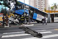 SAO PAULO, SP, 28 DE FEVEREIRO 2012 -Sao Paulo. Acidente com uma Onibus e um carro no cruzamento da Av Vereador Jose Diniz com Rua Dimostenes teve duas vitimas fatal(FOTO: ADRIANO LIMA / BRAZIL PHOTO PRESS).