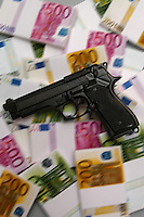 Pistola e mazzette di Euro.Mafia e potere economico. Gun and bundle of notes.Mafia and economic power....