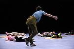 SIDER<br /> Chor&eacute;graphie : William Forsythe<br /> Musique Thom Willems<br /> Objets lumineux Spencer Finch<br /> Lumi&egrave;re Ulf Naumann, Tanja R&uuml;hl<br /> Costumes Dorothee Merg<br /> Conception sonore Niels Lanz<br /> Assistants &agrave; la dramaturgie et &agrave; la production Billy Bultheel, Freya Vass-Rhee, Elizabeth Waterhouse<br /> Compagnie : The Forsythe Company<br /> Avec <br /> Yoko Ando<br /> Esther Balfe<br /> Dana Caspersen<br /> Katja Cheraneva<br /> Brigel Gjoka<br /> Amancio Gonzalez<br /> Josh Johnson<br /> David Kern<br /> Fabrice Mazliah<br /> Roberta Mosca<br /> Jone San Martin<br /> Riley Watts<br /> Ander Zabala<br /> Le 14/12/2011<br /> Lieu : Th&eacute;&acirc;tre National de Chaillot<br /> Ville : PARIS<br /> &copy; Laurent Paillier / photosdedanse.com<br /> All rights reserved