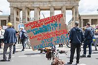 """Etwa 200 Menschen versammelten sich am Samstag den 30. Mai 2020 in Berlin vor dem Brandenburger Tor zu einer Kundgebung um gegen die US-Airbase Rammstein zu protestieren. Von Rammstein aus werden US-Drohnenangriffe im Mittleren Osten, Afrika und Asien durchgefuehrt.<br /> Die Teilnehmer protestierten allerdings auch gegen die angebliche Einfuehrung von Zwangsimpfungen im Zuge der Covid-19 Pandemie, gegen die (mittlerweile aufgehobenen) Einschraenkungen im oeffentlichen Leben zur Eindaemmung der Covid-19 Pandemie. Redner erklaerten mit Verschwoerungsreden, die Corona-Pandemie sei """"ein grosser Plan der Rauten-Koenigin (gemeint ist Bundeskanzlerin Angela Merkel"""".<br /> Im Bild: Eine Veranstaltungsteilnehmerin mit einem Pappschild, auf u.a. vor Zwangsimpfungen und 5G-Mobilfunktechnik gewarnt wird. <br /> 30.5.2020, Berlin<br /> Copyright: Christian-Ditsch.de<br /> [NUR FUER REDAKTIONELLE ZWECKE! Werbung nur auf Anfrage beim Fotografen. Inhaltsveraendernde Manipulation des Fotos nur nach ausdruecklicher Genehmigung des Fotografen. Vereinbarungen ueber Abtretung von Persoenlichkeitsrechten/Model Release der abgebildeten Person/Personen liegen nicht vor. NO MODEL RELEASE! Don't publish without copyright Christian-Ditsch.de, Veroeffentlichung nur mit Fotografennennung, sowie gegen Honorar, MwSt. und Beleg. Konto: I N G - D i B a, IBAN DE58500105175400192269, BIC INGDDEFFXXX, Kontakt: post@christian-ditsch.de<br /> Bei der Bearbeitung der Dateiinformationen darf die Urheberkennzeichnung in den EXIF- und  IPTC-Daten nicht entfernt werden, diese sind in digitalen Medien nach §95c UrhG rechtlich geschuetzt. Der Urhebervermerk wird gemaess §13 UrhG verlangt.]"""
