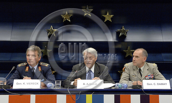 Brussels-Belgium - 13 June 2006---Briefing the press on the launch of the EU military operation in support of the United Nations Organisation Mission in the Democratic Republic of the Congo (MONUC) during the election process - Operation EUFOR RD Congo: EU Operation Commander, General Karlheinz VIERECK (le); EU Special Representative for the African Great Lakes Region, Aldo AJELLO (ce); EU Force Commander, General Christian DAMAY (ri)---Photo: Horst Wagner/eup-images