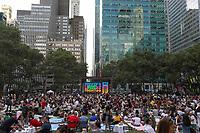 Nova York (EUA), 15/07/2019 - Cinema / Ar Livre / New York - Publico se concentra inicio da noite para sessão de cinema ao ar livre no Bryant Park durante o verão em Nova York nos Estados Unidos nesta segunda-feira, 15. (Foto: William Volcov/Brazil Photo Press)