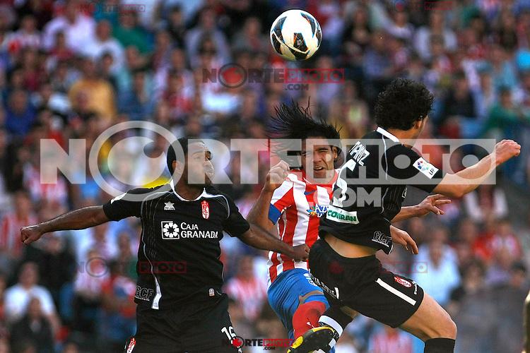 Atletico's Falcao and Granada's Bryan Angulo and Mainz during La Liga BBVA match. April 14, 2013.(ALTERPHOTOS/Alconada)