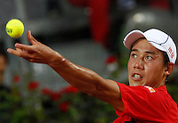 Il giapponese Kei Nishikori al servizio contro il serbo Viktor Troicki durante gli Internazionali d'Italia di tennis a Roma, 14 maggio 2015. <br /> Japan's Kei Nishikori serves the ball to Serbia's Viktor Troicki during the Italian Open tennis tournament in Rome, 14 May 2015.<br /> UPDATE IMAGES PRESS/Riccardo De Luca