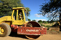 Zambia Chiawa, chinese construction company builds new road and bridge over Kafue river, road roller Changlin Made in China / SAMBIA Chiawa, Chinesische Baufirma baut eine neue Strasse und Bruecke ueber den Kafue Fluss, Strassenwalze Changlin hergestellt in China