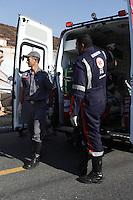 MOGI DAS CRUZES,SP,03 DE MAIO DE 2013 - AUTO X MURO - Um Fiat Palio que vinha pela Avenida Governador Ademar de Barros sentido centro de Mogi das Cruzes na grande Sao Paulo perdeu o controle do veiculo e so parou quando colidiu com um muro que cruza com a rua Antonio de Fonseca Coelho,o motorista do veiculo teve ferimentos na costela e na cabeça,o corpo de bombeiros chegou primeiro na ocorrencia,logo apos a policia junto com o resgate concluiram o atendimento e levando o motorista para o Hospital Luzia de Pinho Mello, na tarde desta sexta-feira, 03. FOTO: WARLEY LEITE/BRAZIL PHOTO PRESS
