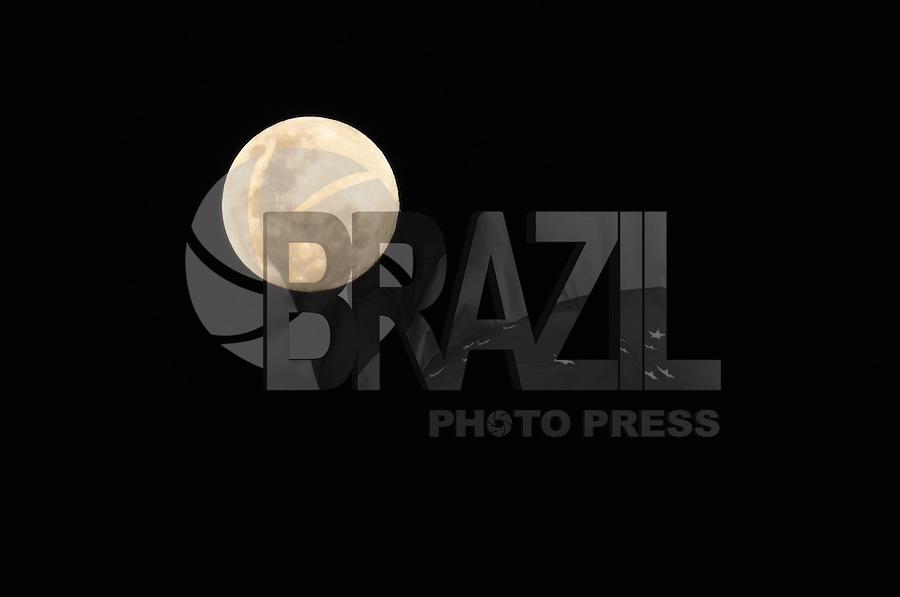 SAO PAULO, 02 DE JULHO DE 2012 - LUA CHEIA FIM DE TARDE - Lua cheia e vista no fim da tarde desta segunda feira nos ceus da capital, regiao central. FOTO: ALEXANDRE MOREIRA - BRAZIL PHOTO PRESS