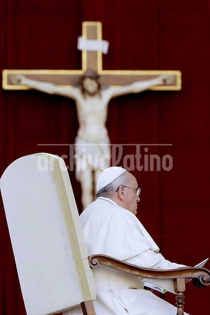 Pope Francis leads a Marian Prayer at St Peter Square - Pope Francis prays during a Marian Prayer at St Peter Square on October 12, 2013