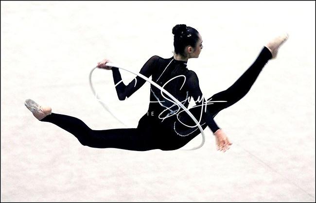 KOEN SUYK-DEVENTER-30/9/2001: Zondag had in Deventer het Grand Prix Toernooi Ritmische Gymnastiek plaats. De uit de Oekraine afkomstige Anna Bezsonova in actie op het onderdeel hoepel.