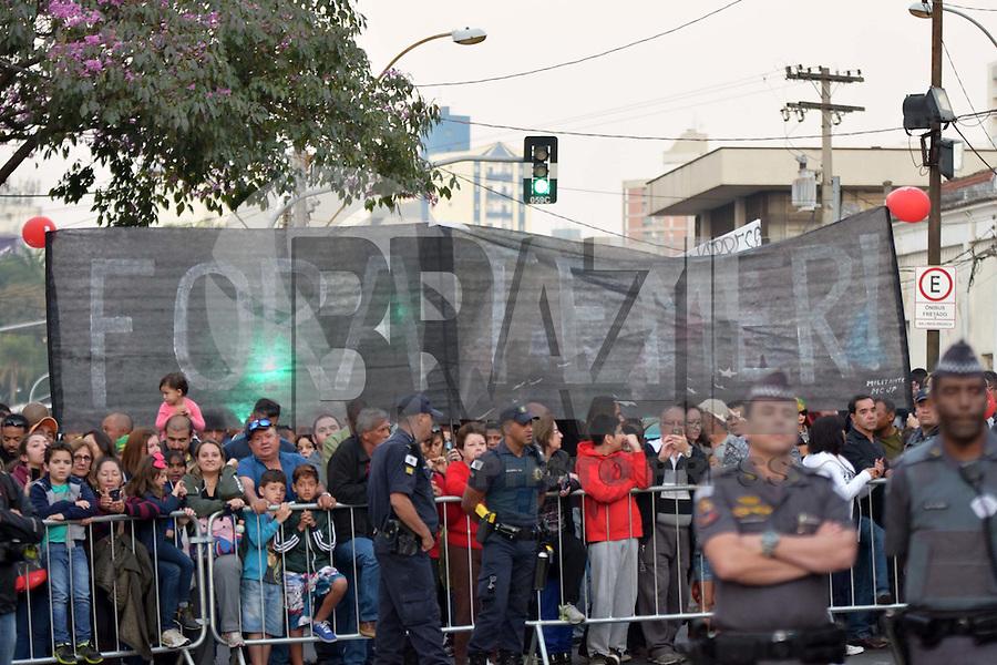 CAMPINAS,SP - 20.07.2016 - RIO-2016 - Manifestante, durante a passagem da tocha olímpica, na Estação Cultura, localizada na Praça Mal Floriano, em Campinas, cidade do interior do estado de São Paulo, na tarde desta quarta-feira, 20. (Foto: Eduardo Carmim/Brazil Photo Press)