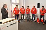 v.l. OB Mannheim Peter Kurz, Mannheims Sinan Akdag (Nr.7), Mannheims Matthias Plachta (Nr.22), Mannheims Dennis Endras (Nr.44), Mannheims David Wolf (Nr.89) und Mannheims Marcel Goc (Nr.23) beim Empfang bei der Stadt Mannheim fuer die Spieler, der olympischen Silbermedaillen Gewinner von den Adlern Mannheim.<br /> <br /> Foto &copy; PIX-Sportfotos *** Foto ist honorarpflichtig! *** Auf Anfrage in hoeherer Qualitaet/Aufloesung. Belegexemplar erbeten. Veroeffentlichung ausschliesslich fuer journalistisch-publizistische Zwecke. For editorial use only.