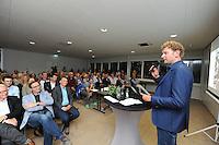 FRYSKE SPORTEN: LEEUWARDEN: 16-09-2015, Elfstedenhal, Fryske sport yn dyn klasse van start, groepsleerkrachten en directie van het basisonderwijs en buurtsportcoaches/vakleerkrachten waren uitgenodigd voor deze speciale gelegenheid, Roelof Louwsma van Omrop Fryslân als presentator, ©foto Martin de Jong