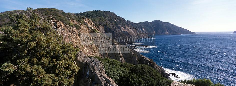 Europe/Provence-Alpes-Côte d'Azur/83/Var/Iles d'Hyères/Ile de Port-Cros/Parc Naturel: Côte rocheuse depuis la route des Crètes