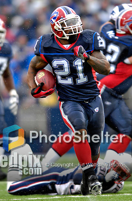 22 October 2006: Buffalo Bills running back Willis McGahee (21) in action against the New England Patriots at Ralph Wilson Stadium in Orchard Park, NY. The Patriots defeated the Bills 28-6. Mandatory Photo Credit: Ed Wolfstein Photo.<br />