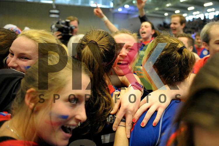 GER - Luebeck, Germany, February 07: Players of Mannheimer HC celebrate after winning the shootout during the 1. Bundesliga Damen indoor hockey final match at the Final 4 between Mannheimer HC (blue) and Duesseldorfer HC (white) on February 7, 2016 at Hansehalle Luebeck in Luebeck, Germany. Final score 6-4 after shootout.  Nike Lorenz #16 of Mannheimer HC<br /> <br /> Foto &copy; PIX-Sportfotos *** Foto ist honorarpflichtig! *** Auf Anfrage in hoeherer Qualitaet/Aufloesung. Belegexemplar erbeten. Veroeffentlichung ausschliesslich fuer journalistisch-publizistische Zwecke. For editorial use only.