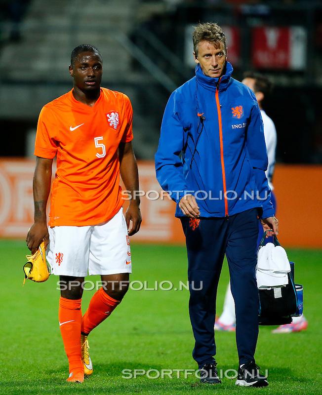 Nederland, Alkmaar, 9 oktober 2014<br /> Play-offs EK-kwalificatie<br /> Jong Oranje-Jong Portugal (0-2)<br /> Jetro Willems (l.) van Jong Oranje verlaat geblesseerd het veld