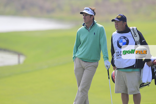 Gonzalo Fernandez-Castano (ESP) and caddy Jeff Paul on the 9th hole during Sunday's Final Round of the 2014 BMW Masters held at Lake Malaren, Shanghai, China. 2nd November 2014.<br /> Picture: Eoin Clarke www.golffile.ie