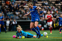 Seattle, WA - Thursday, May 26, 2016: Seattle Reign FC midfielder Lindsay Elston (6) attempts to control the ball as Arsenal Ladies FC goalkeeper Emma Byrne (1) watches. The Seattle Reign FC of the National Women's Soccer League (NWSL) and the Arsenal Ladies FC of the Women's Super League (FA WSL) played to a 1-1 tie during an international friendly at Memorial Stadium.