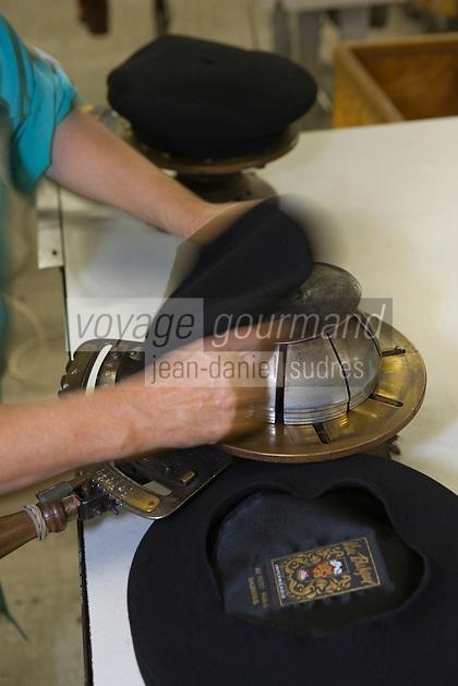 Europe/France/Aquitaine/64/Pyrénées-Atlantiques/Nay: Fabrication artisanale du Béret basque  en fait d'origine Béarnaise chez Blancq-Olibet - Etirage pour le tour de tète