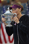 11.09.2011, Flushing Meadows, New York, USA, WTA Tour, US Open, Finale im einzel der Damen, im Bild SAMANTHA STOSUR (AUS) küsst den Pokal nach ihrem Turniersieg // during WTA Tour US Open tennis tournament at Flushing Meadows, women singles final, New York, USA on 11/09/2011. EXPA Pictures © 2011, PhotoCredit: EXPA/ Newspix/ Marek Janikowski +++++ ATTENTION - FOR AUSTRIA/(AUT), SLOVENIA/(SLO), SERBIA/(SRB), CROATIA/(CRO), SWISS/(SUI) and SWEDEN/(SWE) CLIENT ONLY +++++