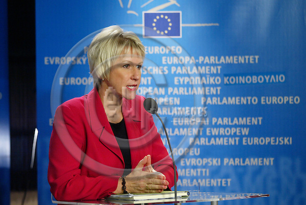 BRUSSELS - BELGIUM - 30 SEPTEMBER 2004 --Margot WALLSTROM (Wallstr?m, Wallstroem), Swedish Commissioner designate in charge of Institutional Relations and Communication, at the press conference after her hearing in the European Parliament.. -- PHOTO: ERIK LUNTANG / EUP-IMAGES