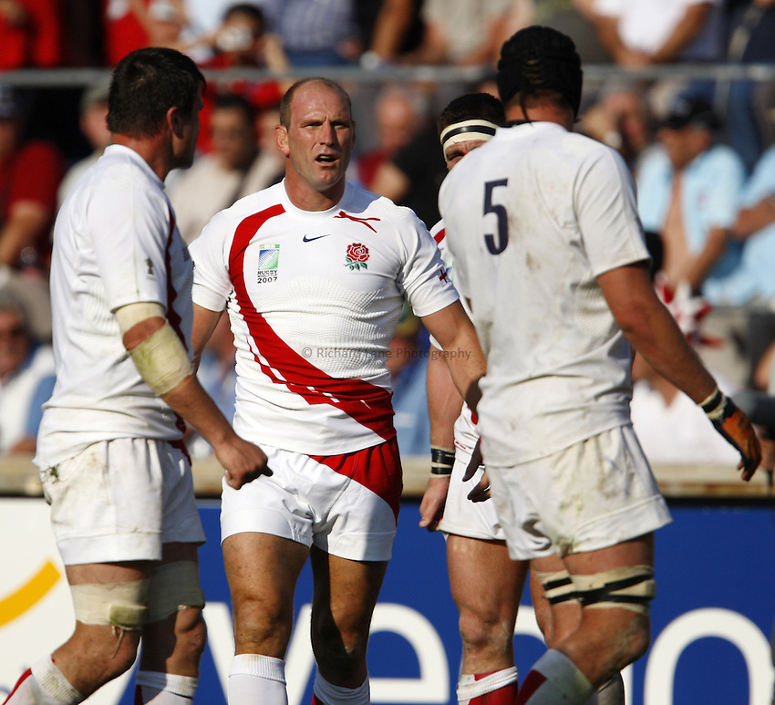 Photo: Richard Lane/Richard Lane Photography..Australia v England. Quarter Final, IRB Rugby World Cup, RWC 2007. 06/10/2007. .England's Lawrence Dallaglio gives out the move.