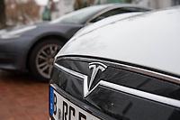 """Am Samstag den 25. Januar 2020 versammelten sich ca. 60 Menschen in der brandenburgischen Ortschaft Gruenheide um fuer die geplante Ansiedlung des Automobilherstellers Tesla mit einer sog. """"Gigafactory"""" zu demonstrieren.<br /> Im Bild: Das Tesla-Symbol an einem Fahrzeug eines Veranstaltungsteilnehmers.<br /> 25.1.2020, Gruenheide<br /> Copyright: Christian-Ditsch.de<br /> [NUR FUER REDAKTIONELLE ZWECKE! Werbung nur auf Anfrage beim Fotografen. Inhaltsveraendernde Manipulation des Fotos nur nach ausdruecklicher Genehmigung des Fotografen. Vereinbarungen ueber Abtretung von Persoenlichkeitsrechten/Model Release der abgebildeten Person/Personen liegen nicht vor. NO MODEL RELEASE! Don't publish without copyright Christian-Ditsch.de, Veroeffentlichung nur mit Fotografennennung, sowie gegen Honorar, MwSt. und Beleg. Konto: I N G - D i B a, IBAN DE58500105175400192269, BIC INGDDEFFXXX, Kontakt: post@christian-ditsch.de<br /> Bei der Bearbeitung der Dateiinformationen darf die Urheberkennzeichnung in den EXIF- und  IPTC-Daten nicht entfernt werden, diese sind in digitalen Medien nach §95c UrhG rechtlich geschuetzt. Der Urhebervermerk wird gemaess §13 UrhG verlangt.]"""